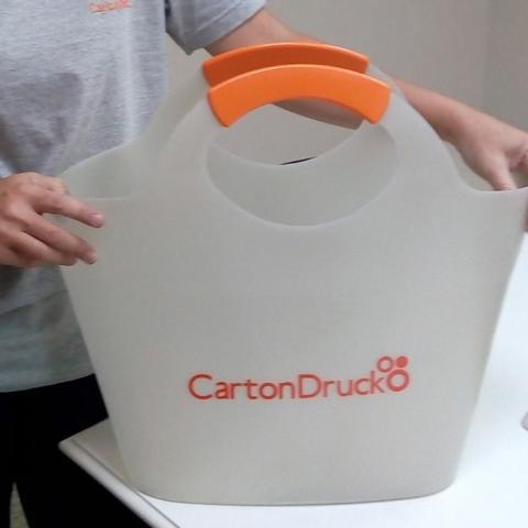 Colaboradores recebem presentes feitos com resíduos gerados pela empresa